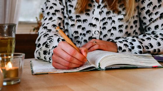 Dewi schrijft tips om in een fijne schrijfmodus te komen in een notitieboekje